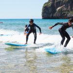 Dos chicos cogen una ola a la vez