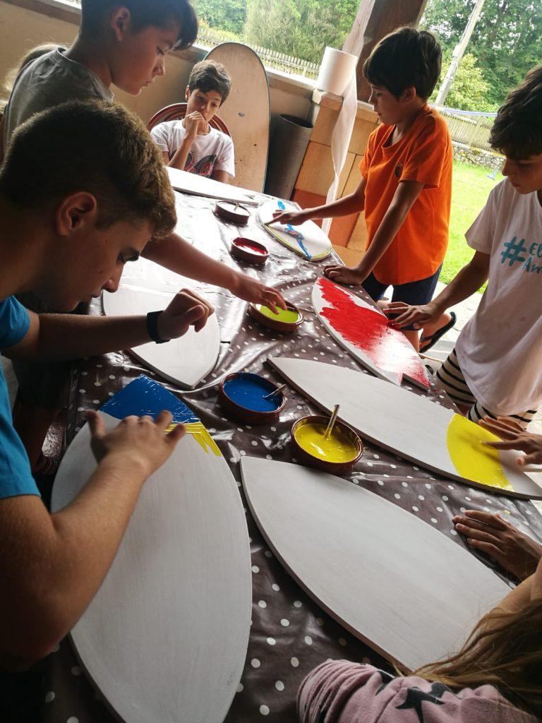 El grupo pintando las tablas