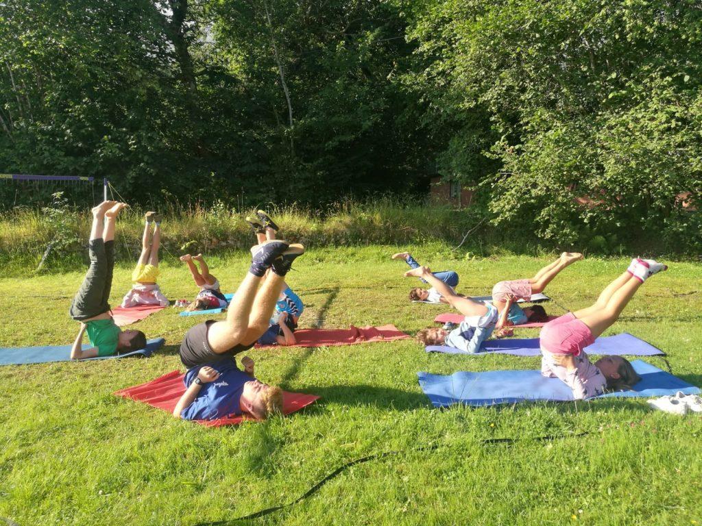 Con los pies hacia arriba haciendo yoga