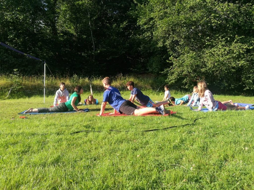 Haciendo la cobra en la sesión matutina de yoga